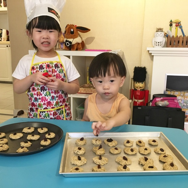 kids make oatmeal raisin cookies